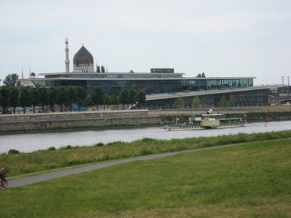 Конгрессцентр и купол «Йенидзе» с противоположного берега Эльбы