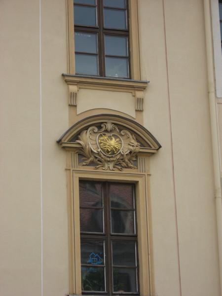 В Дрездене, как и в Праге, было принято каждому дому придумывать свой символ