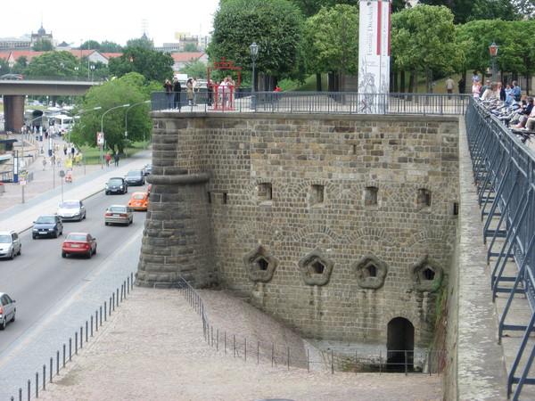 Терраса сооружена на основе крепостных сооружений Дрездена