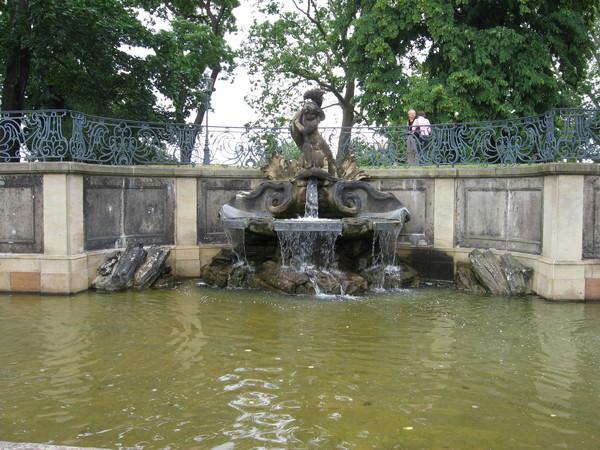 Фонтан работы Пьера Кудрэ - единственное, что сохранилось из оригинального сада фон Бюля.<br/>На нем, кстати, мальчик опять мучает дельфина