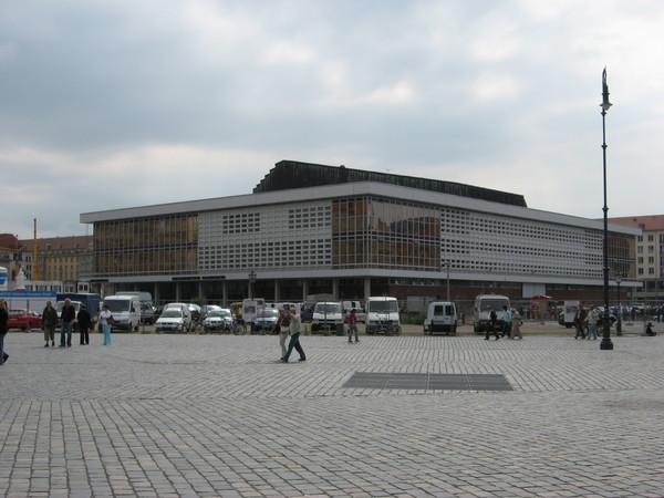 Напротив Фрауэнкирхе здание Дворца культуры времен ГДР, которые многие считают уродливым