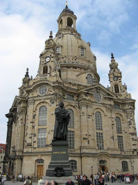 Символ Дрездена - Фрауэнкирхе (Церковь Богородицы) была восстановлена только в 2005 году,<br/> так как власти ГДР оставляли ее в руинах в назидание потомкам.<br/>Перед церковью памаятник Мартину Лютеру - основателю протестантизма.
