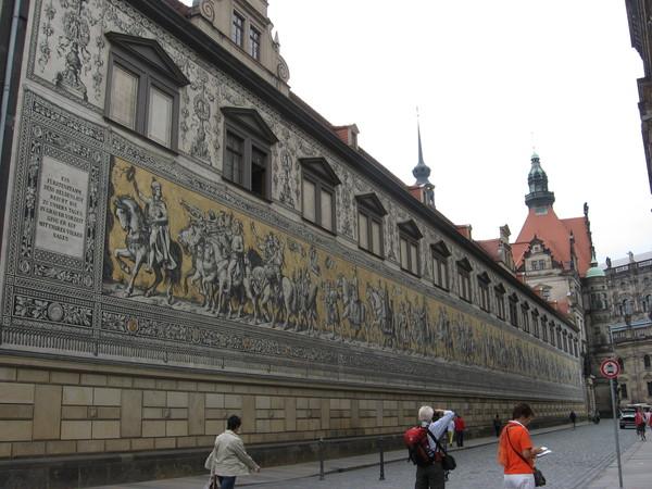 Хотя она конечно не может сравниться с фреской «Парад курфюрстов», украшающей Лангер Ганг - правое крыло дворца