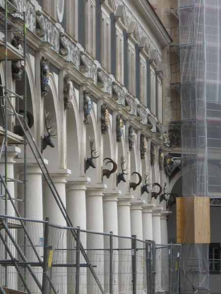 Колонны Лангер Ганга со стороны внутреннего двора украшены головами животных