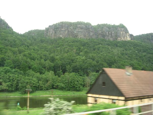 Изредка за окном проносятся аккуратные деревушки, а на утесах показываются башни замков