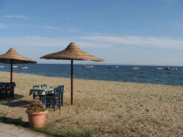 Пляжи в Греции государственные, но все-равно довольно чистые и обустроенные