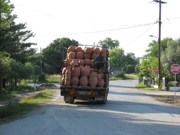 По утрам в Геракини приезжал грузовик с кувшинами и в мегафон предлагал их приобрести...