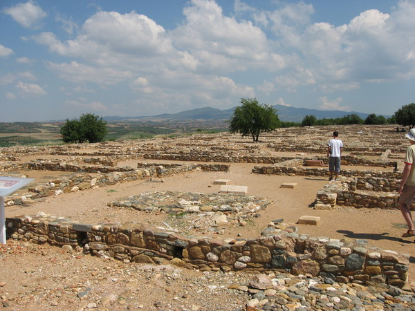 Зато по каменным фундаментам отчетливо видна планировка города эллинистического периода