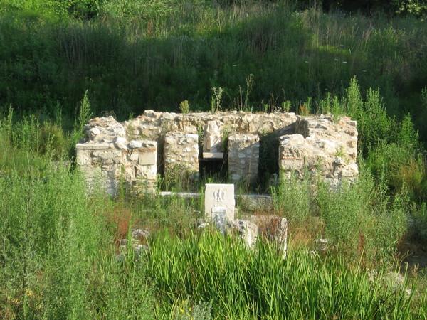 Храмовый комплекс стоял в стороне от города на берегу реки. Сейчас это место сильно заболочено