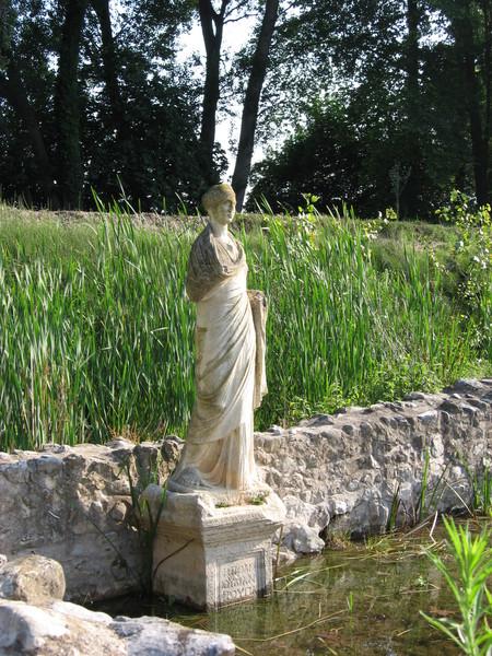 Посреди болот стоят копии древних статуй, оригиналы - в музее