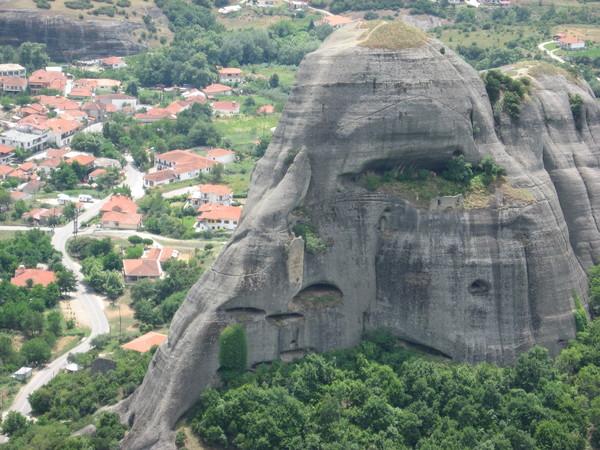Вид на деревню Кастраки и остатки монастыря (из 24 монастырей XIX века сейчас действуют всего 6)