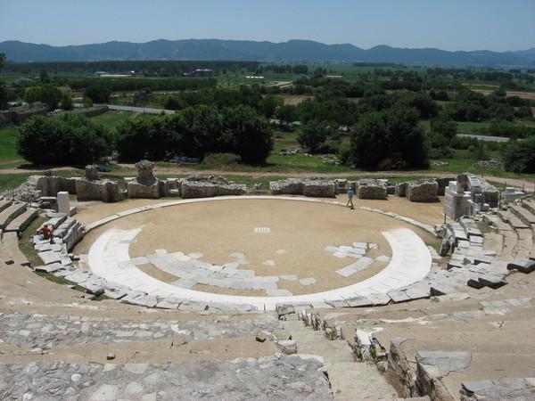 В отличие от театра в Салониках этот может сравниться размерами с театром,<br>который мы видели в турецком Памуккале