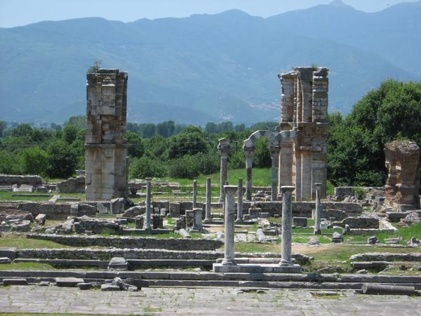 За Форумом была торговую площадь (Агора) и базилика