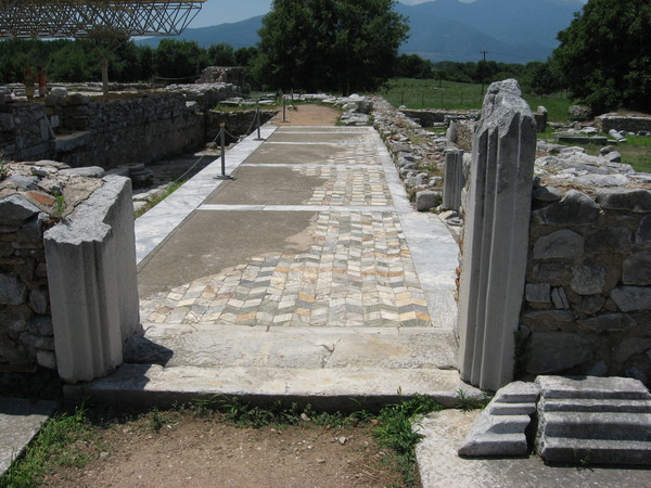 Мозаичный пол портика, ведущего к шестригранной раннехристианской церкви