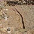 Под полом была проложена система водопроводных и дренажных труб