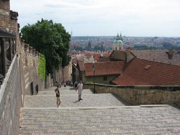 Замок с Королевским дворцов расположен на холме (от реки Влтавы больше напоминающем утес),<br/> к которому ведут несколько крутых улиц, заканчивающихся обычно лестницами<br/>На фото: Замковая лестница, она же «Королевская»
