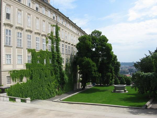Парк «Райский сад» с противоположной стороны Замка