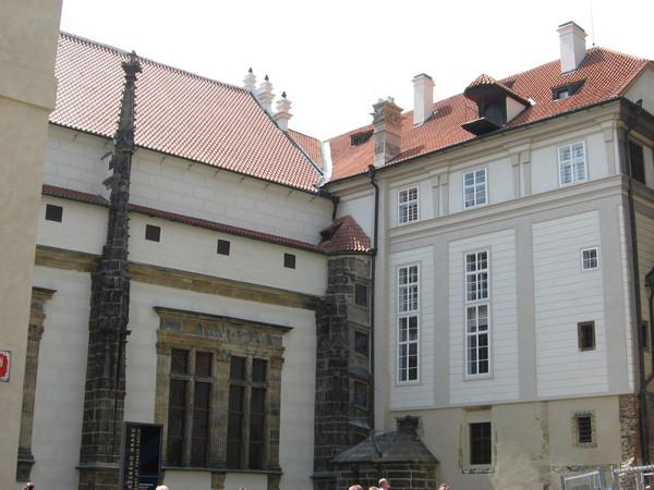 Старый королевский дворец сохранил вкрапления готических и романских построек