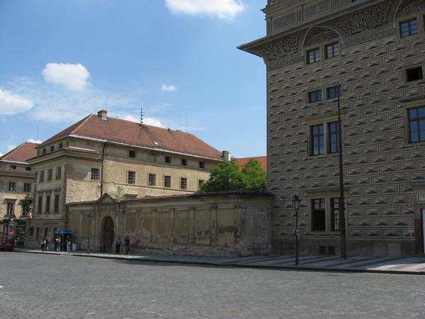 Соседний дворец Шварценберга в путеводе назван «heavy restored»,<br/>хотя я бы сказал, что он «not restored at all»
