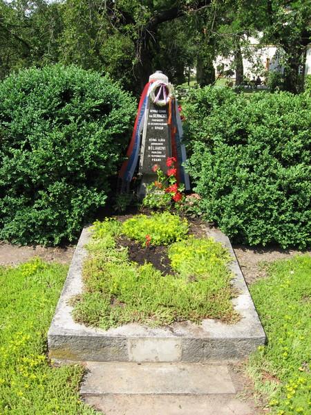 Могила рядового Белякова, павшего в боях за освобождение Праги