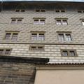 Стена дворца украшена сграфито - росписью по штукатурке, популярной в Праге