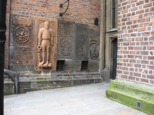 Стены Собора по периметру украшены надгробиями знати