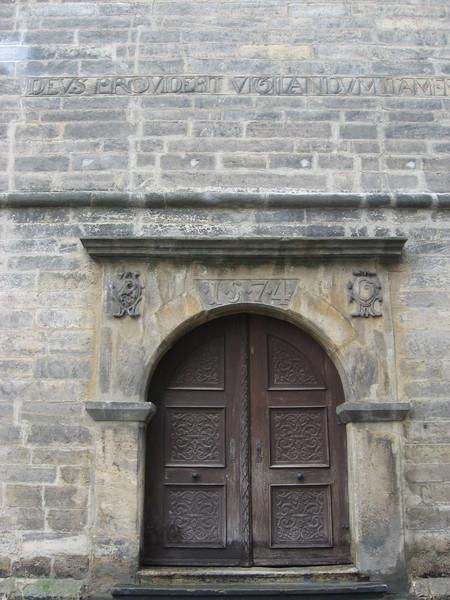 В путеводителе написано, что башня была построена в 1580 году, хотя над входом значится 1574