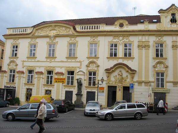 Рядом со входом в бывшее здание банка опять видим статую Св. Яна Непомуцкого