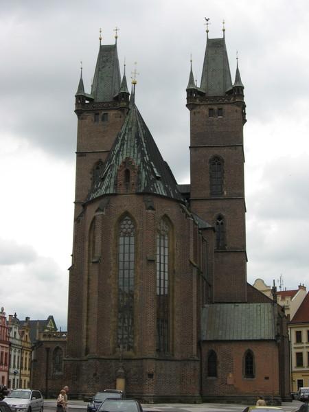 Господствует над площадью готический Собор Святого духа XIV века