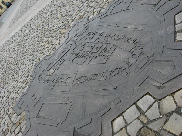 В брусчатке Маленькой площади нашлось место для плана города в бытность его фортом