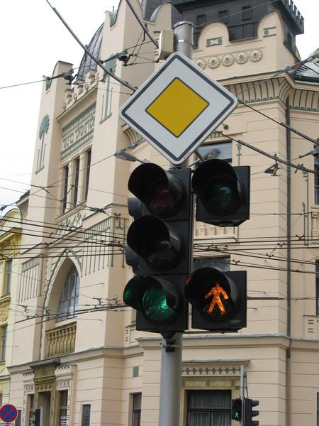 На перекрестке специальная секция с мигающим желтым человеком сигнализирует о том,<br/>что при повороте направо надо уступить дорогу пешеходам<br/>- им горит зеленый свет