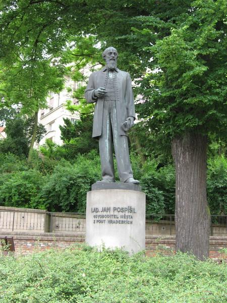 А напротив памятник педагогу Яну Ладиславу Поспишилу