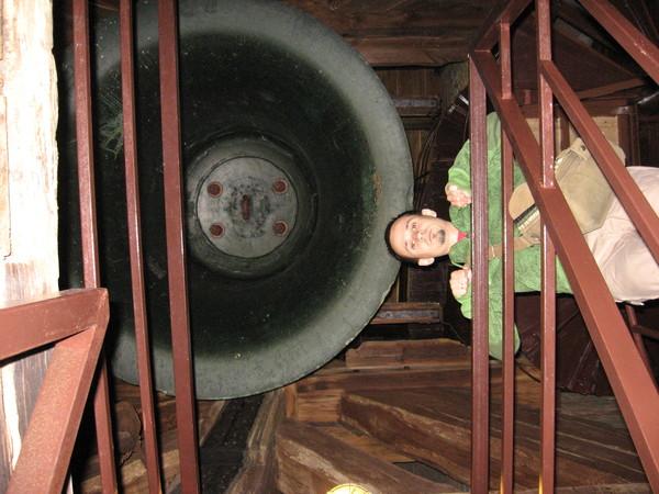 Вес колокола - 10 тонн, диаметр - 2 метра, возраст - 500 лет (1509).