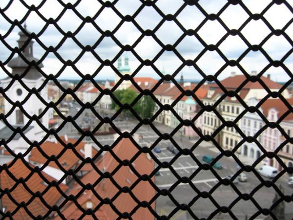 Облом случился на самом верху: вход на балкон закрыт и видами города можно любоваться только через решетку окон