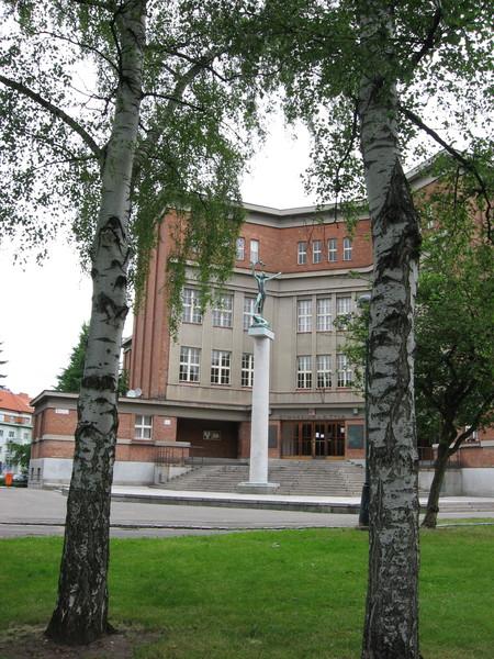 Школа и статуя Венеры