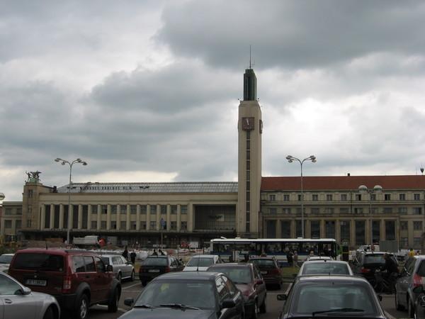 В Градец Кралове меня из Праги привез автобус, который остановился у модернистского железнодорожного вокзала.<br />На обратном пути он проезжал мимо строящегося автовокзала такого крутого дизайна,<br/>что все пассажиры шеи вывернули его разглядывая.