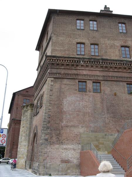 Стены пивоварни, построенной на месте разрушенных Пражских ворот