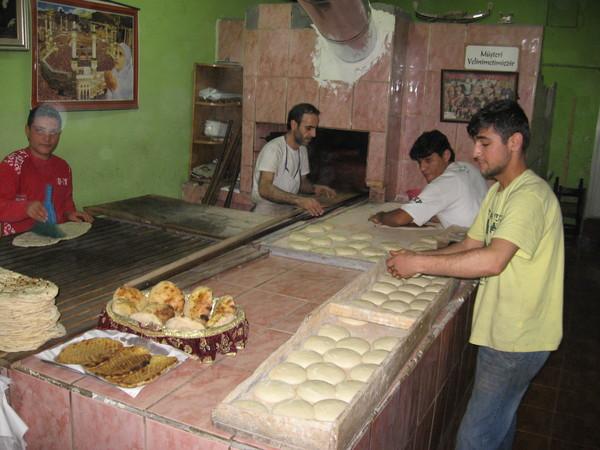 Даже в туристическом Султанахмете можно найти вполне себе аутентичные заведения общепита