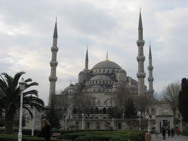Напротив Софии стоит мечеть Султана Ахмета (она же Голубая мечеть)