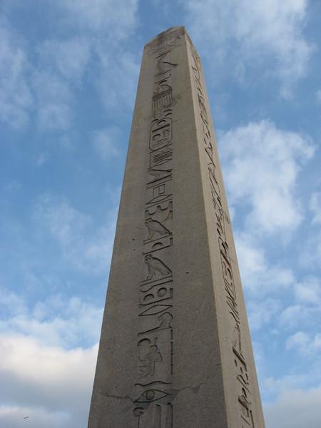 Египетский обелиск, привезенный из Луксора по приказу императора Константина