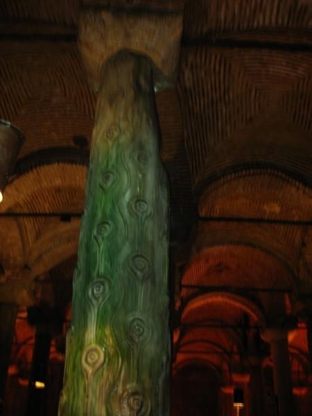 При постройке цистерны использовались обломки античных построек. Вот эта колонна, например, - часть форума Феодосия