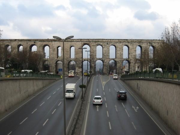 Акведук Валента в месте его пересечения с бульваром Ататюрка