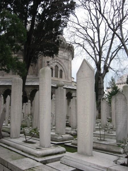 Сулеймание не первый год закрыто на реставрацию, так что для осмотра остается только небольшое мусульманское кладбище при ней
