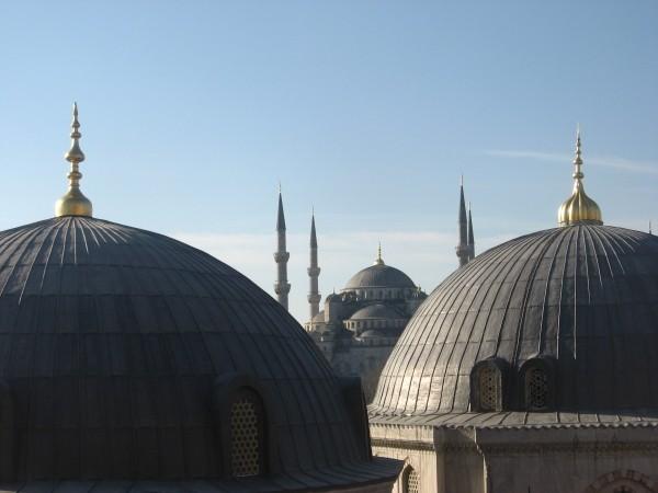 Этот вид на Голубую мечеть многие пытаются выдавать за необычный. Не ведитесь - тропинка к этому окошку на галерее Святой Софии уже протоптана, осталось пару строк в путеводители внести.