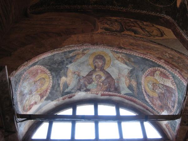 В другом пределе своды украшены фресками