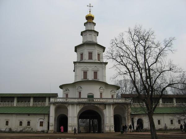 Святые ворота с надвратной церковью