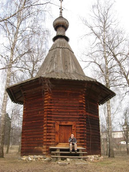 Меня мучают два вопроса:<br>1) почему дверь такая маленькая, чтоб поклониться?<br>2) как в XVII веке делали брус?