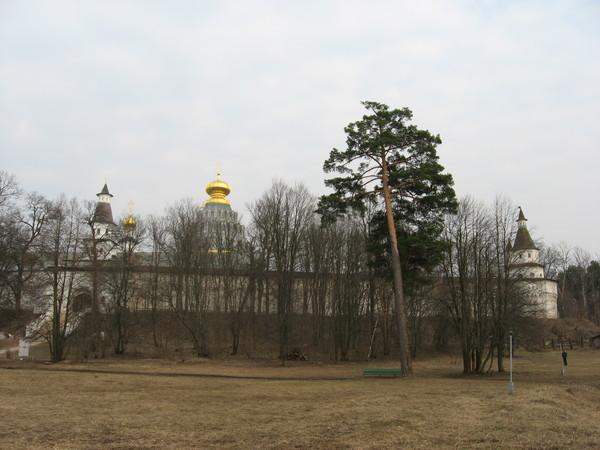 В целом, издалека монастырь производит большее впечатление