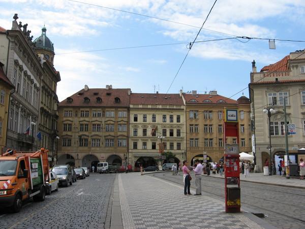 С Малостранской площади большинство туристов начинает подьъем к <a href=http://www.shchepotin.ru/foto.php?album=20>Пражскому Граду</a>