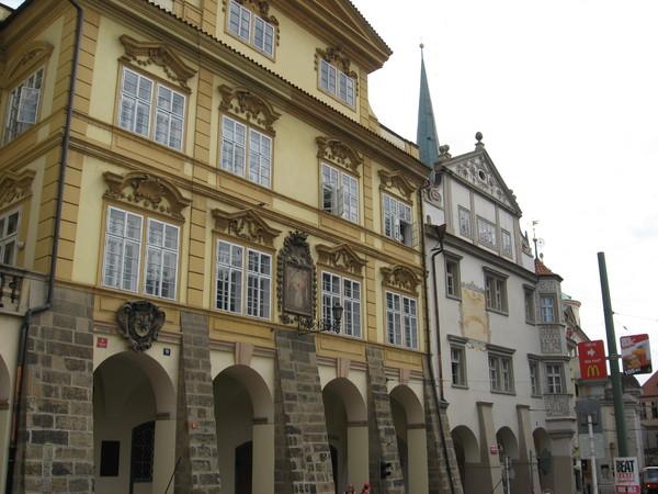 Аркады - отличительная особенность всех зданий Малостранской площади